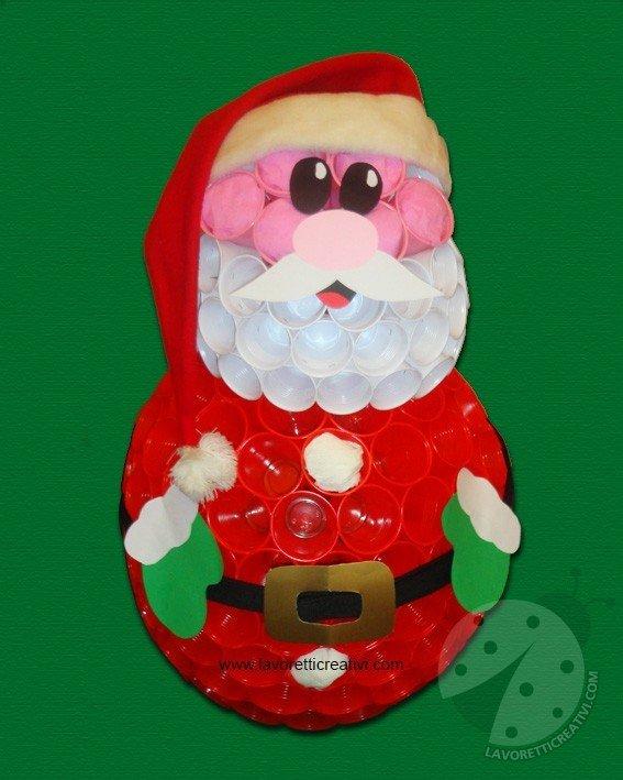 Babbo Natale con bicchieri di plastica