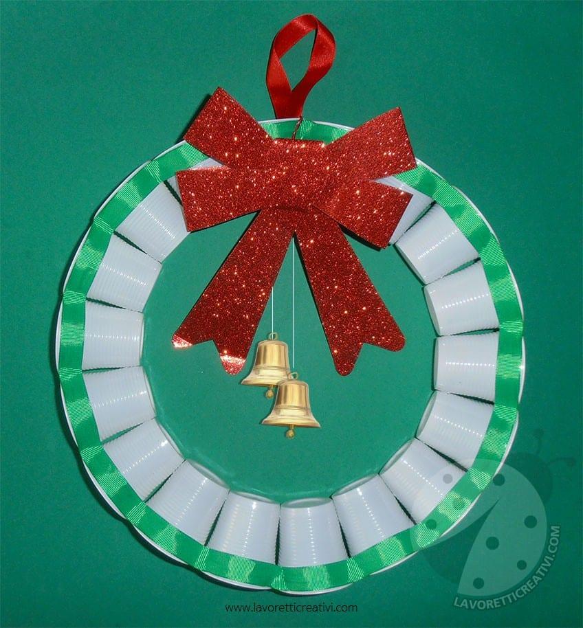 Ghirlanda con bicchieri di plastica per addobbi di Natale