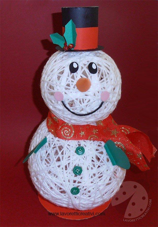 Pupazzo di neve con palline di lana e colla