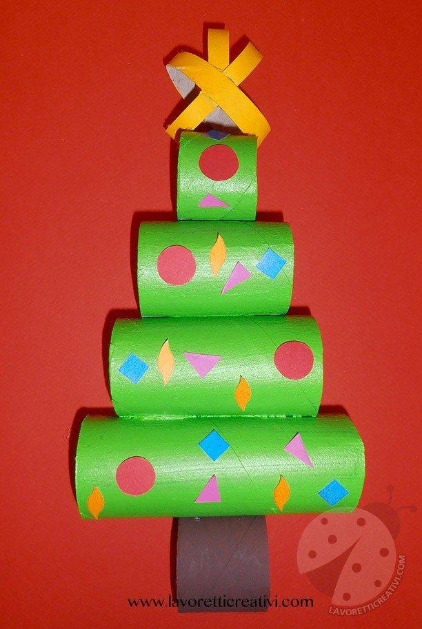 Albero di Natale con rotoli di carta igienica
