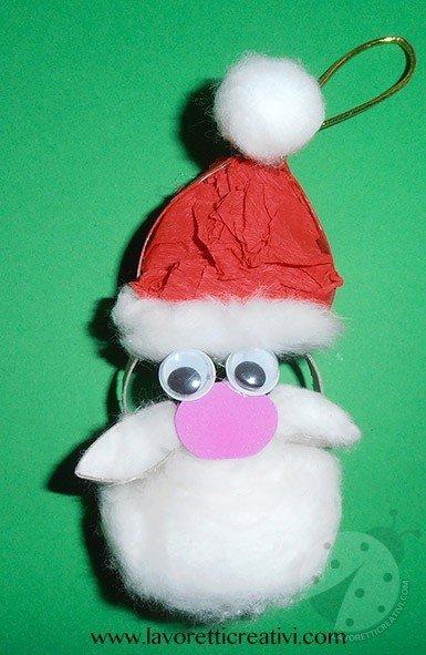 Viso di Babbo Natale con rotolo di cartone della carta igienica