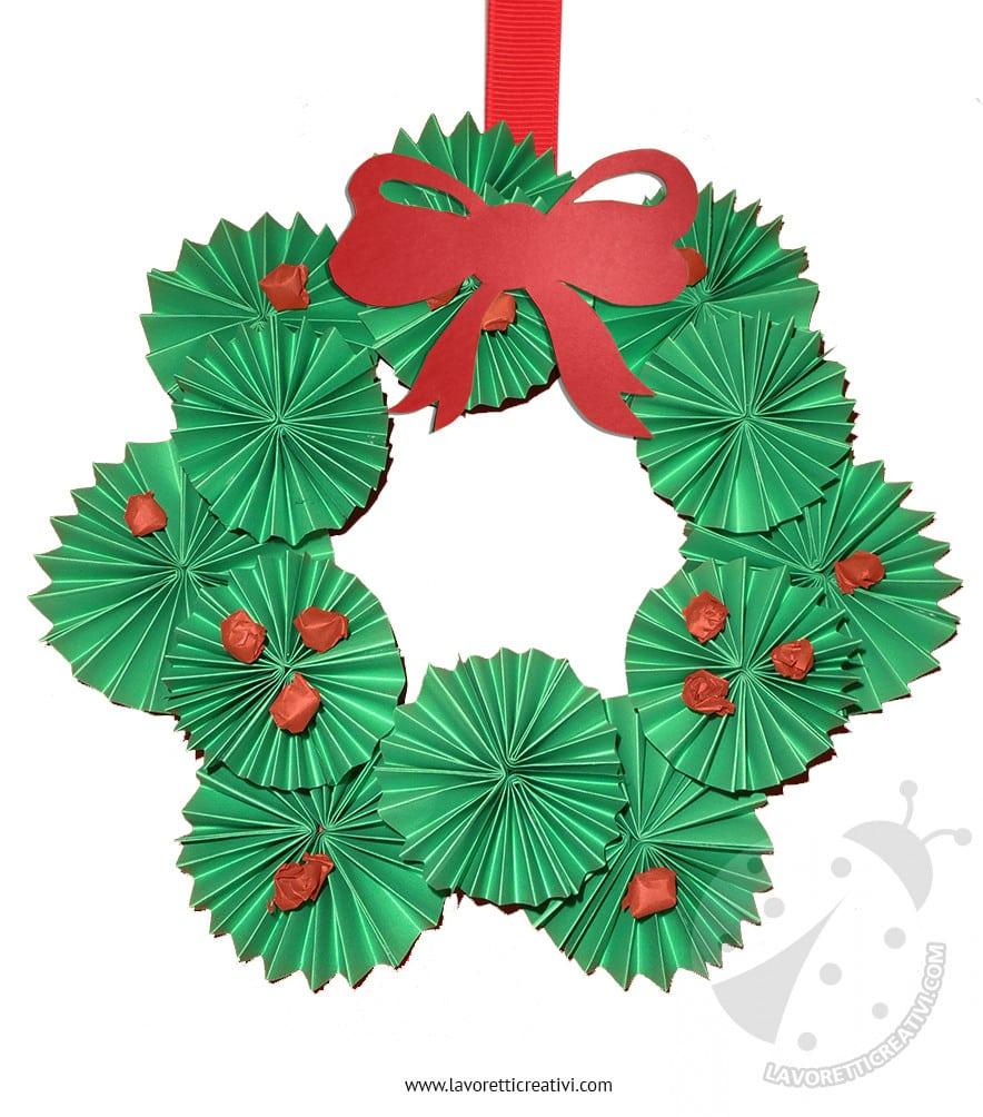 Ghirlanda natalizia fai da te facile con girandole di for Addobbi natalizi scuola primaria