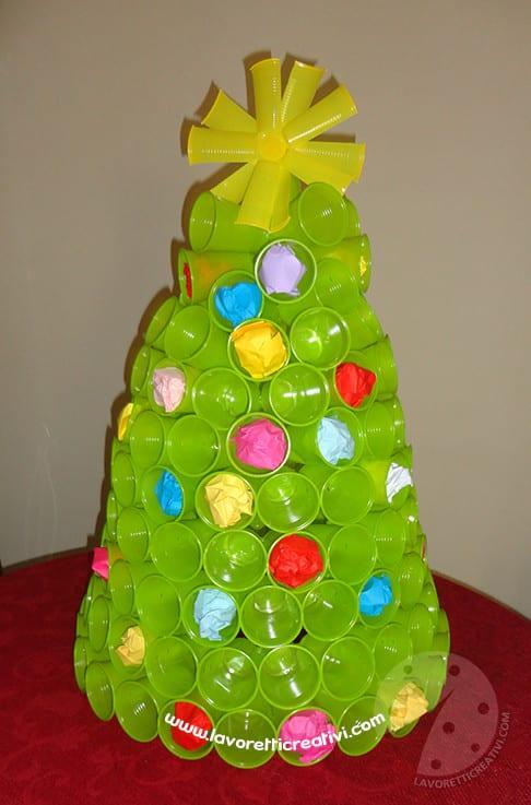 Albero Di Natale Con I Bicchieri Di Plastica Lavoretti